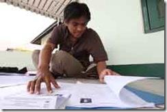 """ADE BAYU INDRA/""""PR""""IPAN Sopian (26) memeriksa kelengkapan berkas, saat akan melakukan pemberkasan Calon Pegawai Negeri Sipil Daerah Kabupaten Bandung Barat, di ruang kelas A Pusat Pendidikan Territorial (Pusdikter), Jln. Raya Gadobangkong, Kabupaten Bandung Barat, Selasa (15/12). Dia dan 452 CPNS lainnya mulai melakukan pemberkasan, setelah dinyatakan lulus ujian seleksi untuk mengisi salah satu formasi di lingkungan Pemerintah Kabupaten Bandung Barat."""
